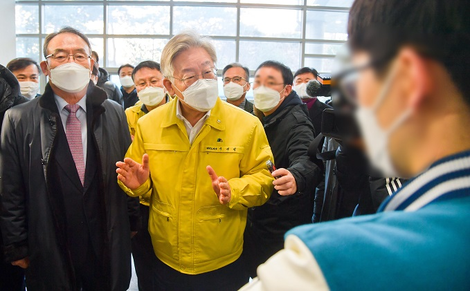 Lee Jae-myung (2nd from L), governor of Gyeonggi Province, talks to students at Kyonggi University in Suwon, south of Seoul, on Dec. 14, 2020, while touring the school's dormitory set to be converted into a residential treatment center for COVID-19 patients. (Joint Press Corps-Yonhap)