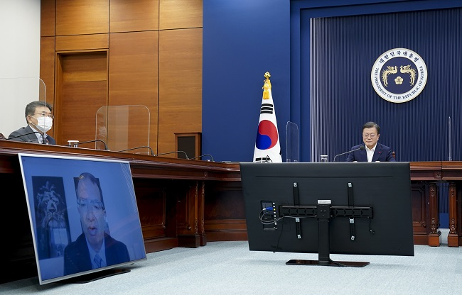 President Moon Jae-in (R) talks with Moderna CEO Stephane Bancel (on the monitor) via videoconference at the presidential office in Seoul on Dec. 28, 2020, in this photo provided by the office.