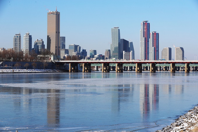 The season's first ice formation is spotted on the Han River that runs through Seoul on Jan. 9, 2021. (Yonhap)