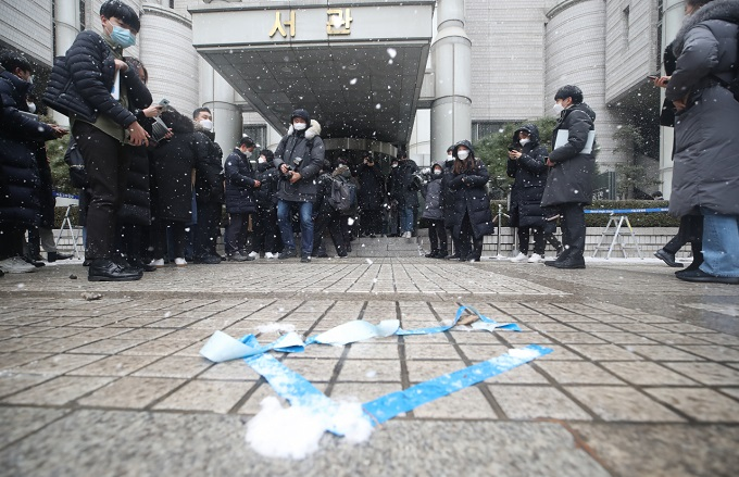 Photographers wait outside the Seoul High Court to take photos of Lee Jae-yong, vice chairman of Samsung Electronics Co. on Jan. 18, 2021. (Yonhap)