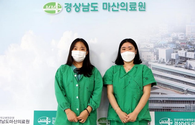 Hwang Young-ju (L) and Woo Seung-min, nurses at the Masan Medical Center in Changwon, southeastern South Korea, pose for the camera on Jan. 12, 2021. (Yonhap)