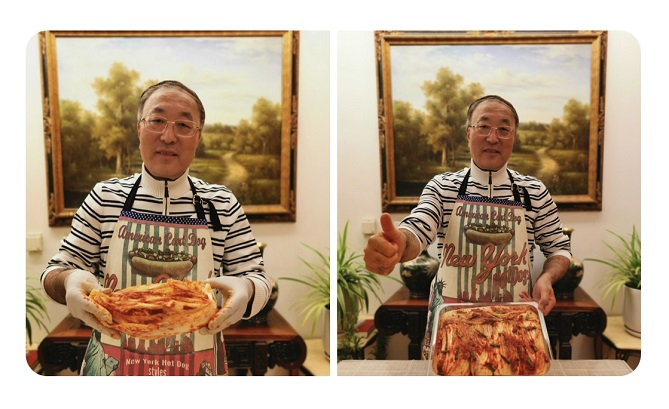 Chinese Ambassador to the United Nations Zhang Jun posted a photo of himself holding up kimchi on his Twitter account.