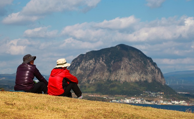 Coronavirus Prompts Young Koreans to Challenge Jeju Olle Trail