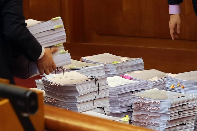 This file photo shows documents placed on a desk inside a court house. (Yonhap)