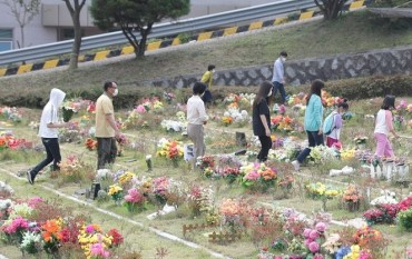 Public Cemeteries to Close During Lunar New Year's Holiday to Stem COVID-19