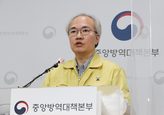 In this undated file photo, Kwon Joon-wook, deputy director of the Central Disease Control Headquarters, holds a press briefing. (Yonhap)