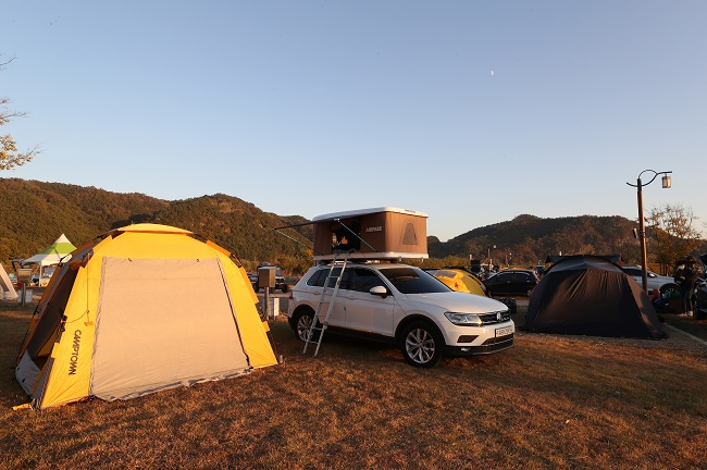 In this file photo, a car camping festival is held in a camp site in Sanju, 270 kilometers southeast of Seoul, on Oct. 24, 2020, for sport utility vehicle drivers. (Yonhap)