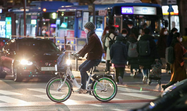 A man rides a bike rented through the Seoul city government's public bike service, Ttaereungyi, on a road in central Seoul on Nov. 20, 2020. (Yonhap)