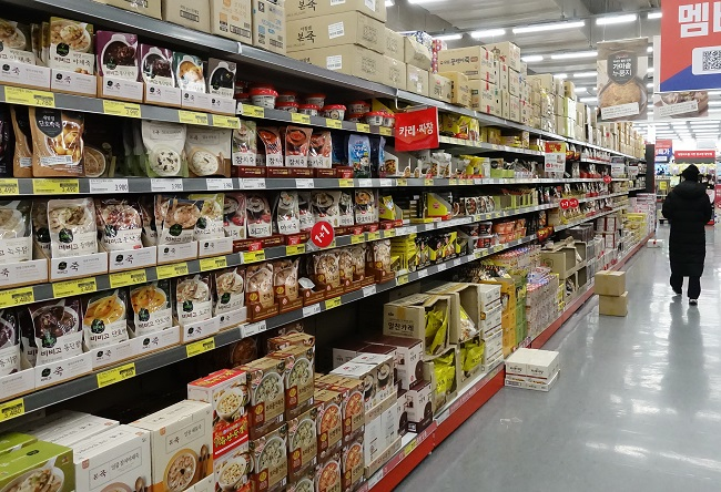 Ready-to-eat porridge products are displayed at a supermarket in Seoul in this file photo taken on Dec. 20, 2020. (Yonhap)