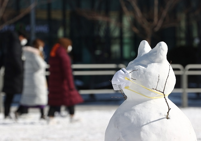 A snowman wearing a mask stands in front of a temporary COVID-19 testing station in front of Yongsan Station on Jan. 7, 2021. (Yonhap)