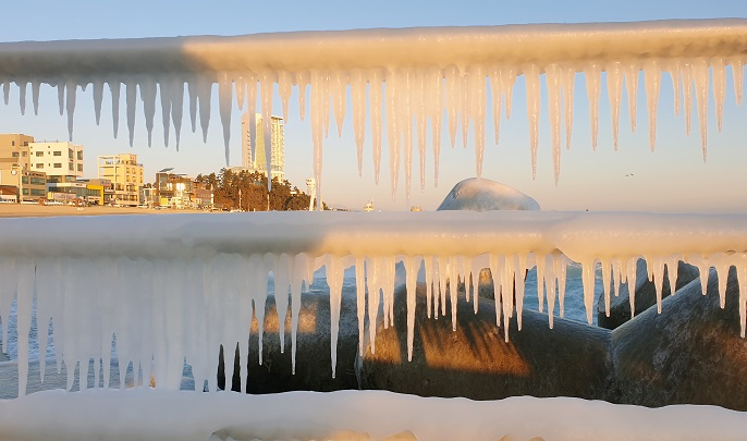 Icicles hang from seaside guardrails in Gangneung on South Korea's eastern coast on Jan. 9, 2021, amid a prolonged cold wave gripping the entire nation. (Yonhap)
