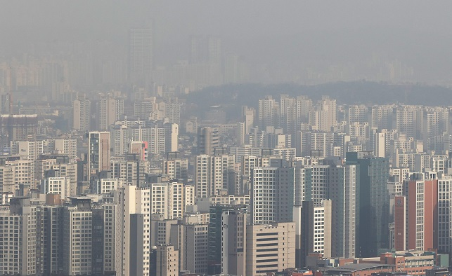 This photo, taken on Jan. 13, 2021, shows apartment buildings in Seoul. (Yonhap)
