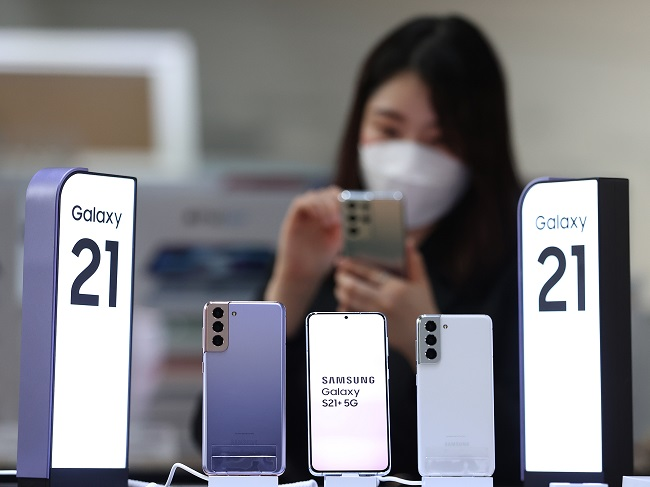 This file photo taken Jan. 15, 2021, shows Samsung Electronics Co.'s Galaxy S21 smartphones displayed at a store in Seoul. (Yonhap)