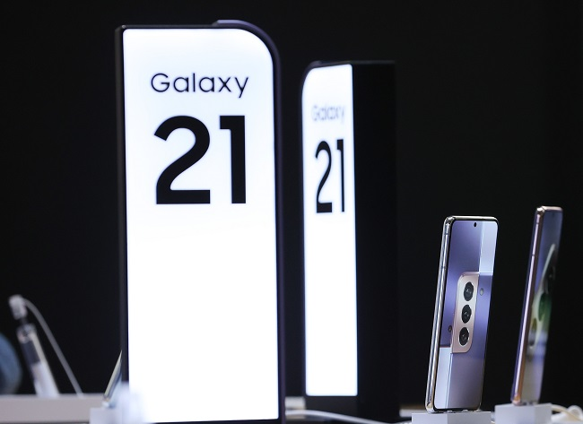 This file photo, taken Jan. 15, 2021, shows Samsung Electronics Co.'s Galaxy S21 series smartphones on display at a store in central Seoul. (Yonhap)