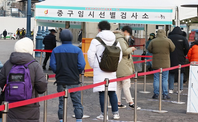 Citizens wait in line to receive virus tests at a makeshift virus testing clinic in Seoul on Jan. 20, 2021. (Yonhap)