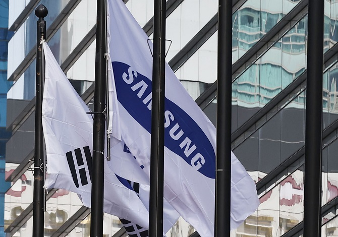 This photo, taken on Jan. 25, 2021, shows the corporate flag of Samsung Group at its office building in Seoul. (Yonhap)