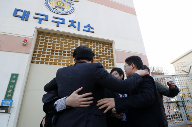 A conscientious objector rejoices with family members after being released on parole from a detention house in Daegu, 300 kilometers southeast of Seoul, on Nov. 30, 2018. Fifty-eight people who were jailed for refusing to serve through the country's military draft were freed on the day following the Supreme Court's Nov. 1 ruling that religious and conscientious beliefs are valid reasons for refusing to serve. (Yonhap)