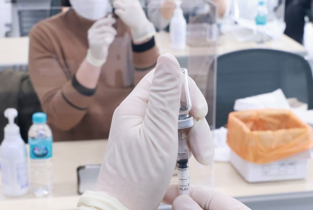 Medical workers learn how to administer coronavirus vaccine shots at a training facility of the Korean Nurses Association in Seoul on Feb. 16, 2021. South Korea has said it will begin its first inoculations against the new coronavirus on Feb. 26 with AstraZeneca's COVID-19 vaccine. (Yonhap)