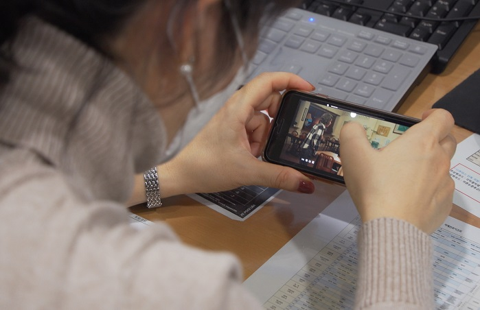 Watching videos from smartphones was more of a strain on the eyes than using a tablet. (Yonhap)