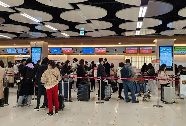 People wait in line at Gimpo International Airport in western Seoul on the afternoon of Feb. 10, 2021. (Yonhap)