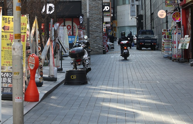 This file photo, taken on Dec. 30, 2020, shows a street lined with restaurants in Myeongdong, central Seoul, appearing almost empty. (Yonhap)