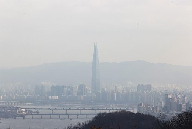 This file photo, taken on Jan. 31, 2021, shows a hazy sky above southeastern Seoul. (Yonhap)