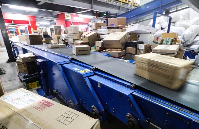 Parcel boxes move along a conveyer belt at a logistics center in Seoul on Jan. 31, 2021. (Yonhap)