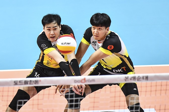 This Nov. 13, 2019, file photo provided by the Korean Volleyball Federation shows Sim Kyoung-sub (L) and Song Myung-geun of the OK Financial Group OKman during a men's V-League match against the Samsung Fire & Marine Insurance Bluefangs at Ansan Sangnoksu Gymnasium in Ansan, 40 kilometers south of Seoul. (Yonhap)