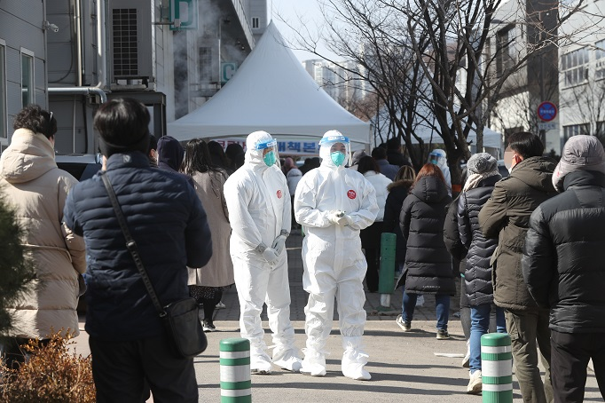 Employees of industrial plants wait to take coronavirus tests at an industrial complex in Namyangju, northeast of Seoul, on Feb. 17, 2021, after massive coronavirus infections of foreign workers were reported there. (Yonhap)
