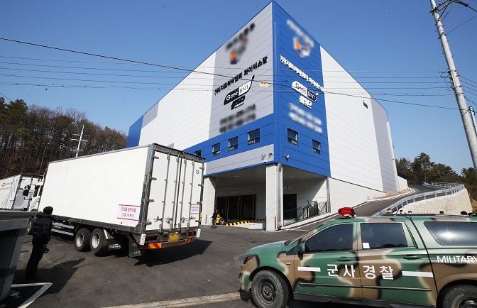 A truck delivering AstraZeneca's COVID-19 vaccines arrives at a logistics center in Icheon, 80 kilometers south of Seoul, on Feb. 19, 2021. (Yonhap)
