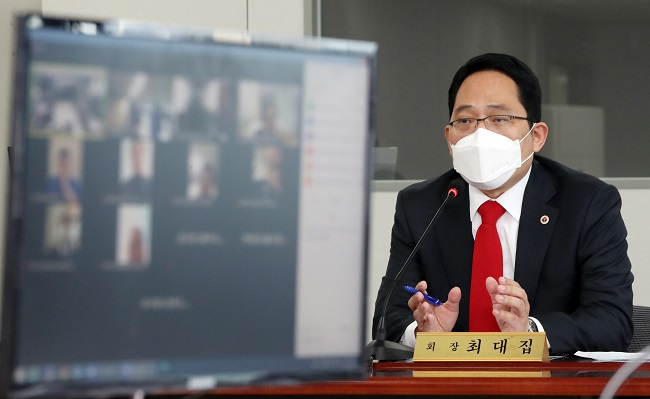 Choi Dae-zip, the president of the Korean Medical Association, speaks during a meeting on Feb. 20, 2021. (Yonhap)