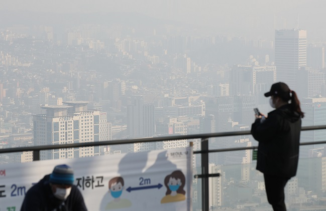 The capital Seoul is gripped by fine dust and fog on Feb. 21, 2021. (Yonhap)