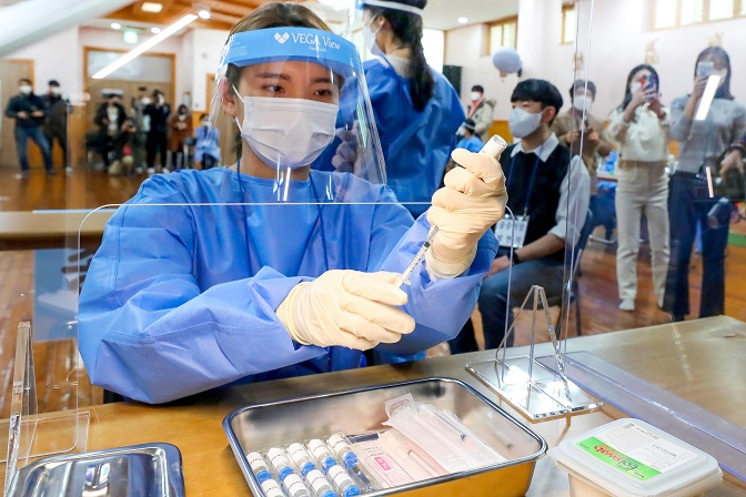 A medical worker carries out a mock training exercise for COVID-19 vaccinations at a rehabilitation facility in Gwangju, South Jeolla Province, on Feb. 23, 2021, in the runup to the beginning of a nationwide vaccination program three days later. (Yonhap)