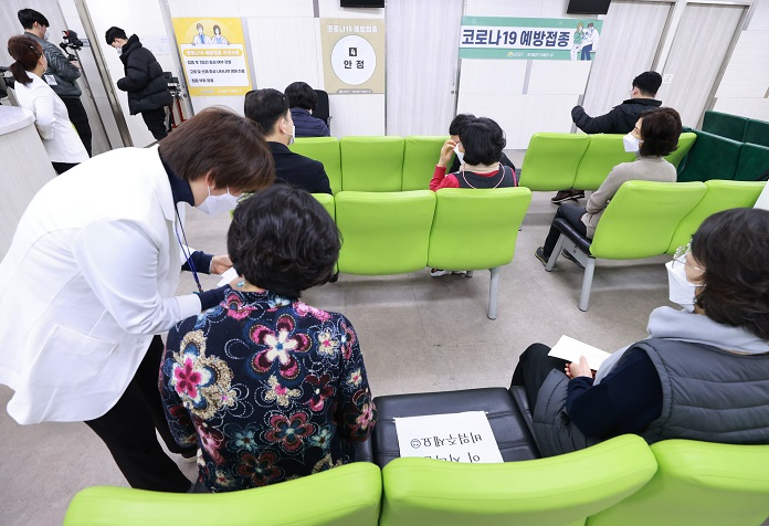 People who received the AstraZeneca vaccine sit in a waiting area of a community health center in southern Seoul on Feb. 26, 2021, to be monitored for possible side effects. (Yonhap)