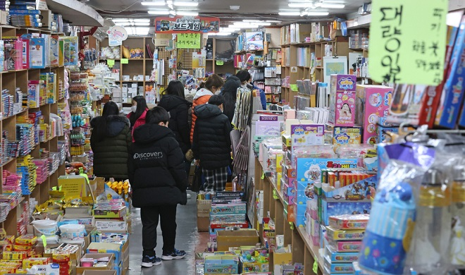 Students buy stationery for the new school year in Seoul on March 1, 2021. (Yonhap)