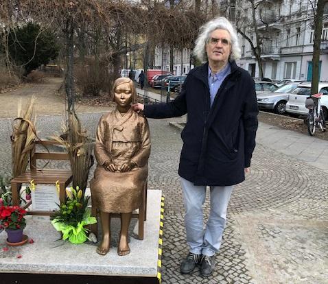 Israeli Law Professor Visits Comfort Women Statue in Berlin