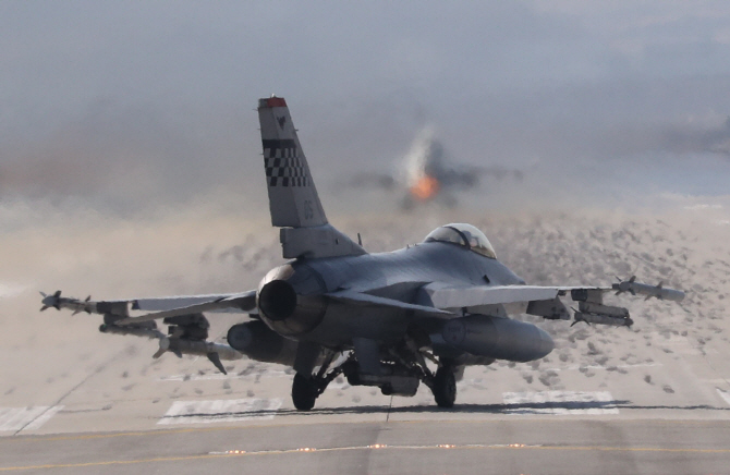 This file photo, taken on March 6, 2017, shows F-16 aircraft taking off from the U.S. Forces Korea's Osan Air Base in Pyeongtaek, Gyeonggi Province. (Yonhap)