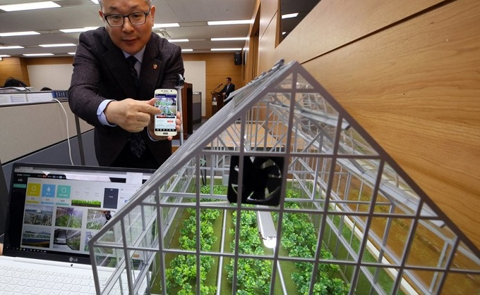 Im Hui-taek, director-general of the Foundation of Agri, Tech, Commercialization & Transfer, talks about smart farm packages at the government complex in Sejong, some 120 kilometers south of Seoul, on March 19, 2019. (Yonhap)