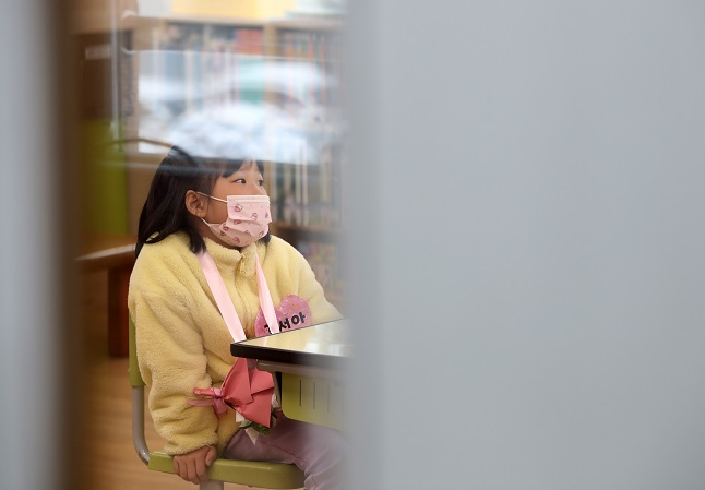 Kim Seo-ah, a 7-year-old girl, is the only newcomer of the Anheung Elementary School this year. (Yonhap)
