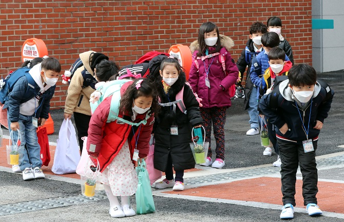 Students attend an entrance ceremony held at an elementary school in Gwangju, 330 kilometers south of Seoul, on March 2, 2021. (Yonhap)
