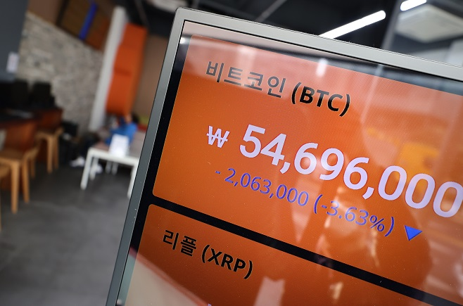 An electronic signboard at the cryptocurrency exchange Bithumb in Seoul on March 5, 2021, shows the price of the digital currency bitcoin having fallen to 54,720,000 won (around US$48,381) per unit. (Yonhap)
