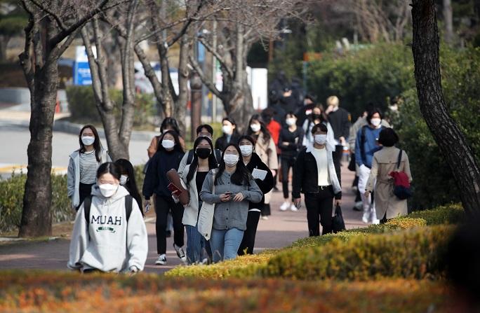 Students wearing masks walk around Chosun University's campus in Gwangju, 330 kilometers southwest of Seoul, on March 8, 2021. (Yonhap)