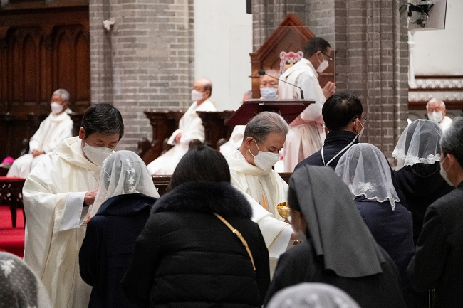 Number of New Catholics Marks Slowest Growth in 70 Years