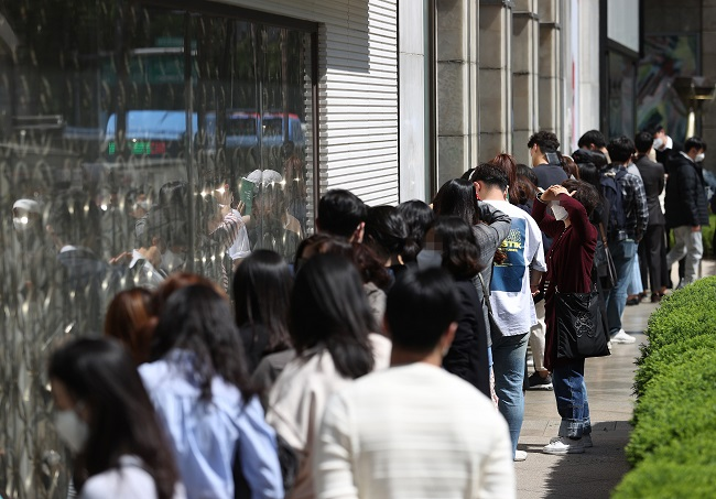 This file photo shows consumers line up in front of the Chanel shop of Lotte Department Store in central Seoul in May 2020 amid rumors of a possible mark-up. (Yonhap)