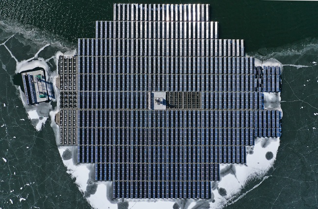This file photo shows a floating solar farm in Anseong, Gyeonggi Province. (Yonhap)