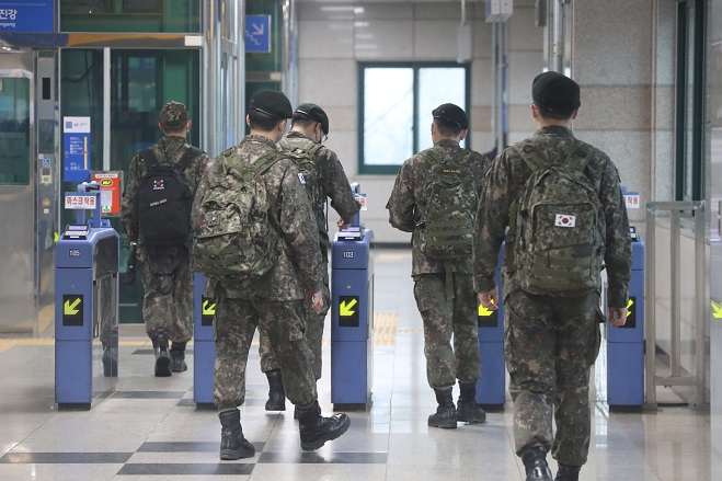 In this file photo, taken on Feb. 15, 2021, soldiers enter Munsan Station in Paju, north of Seoul, as the defense ministry lifted a monthslong restriction on military leave the same day in accordance with the easing of the government's social distancing rules against COVID-19. (Yonhap)
