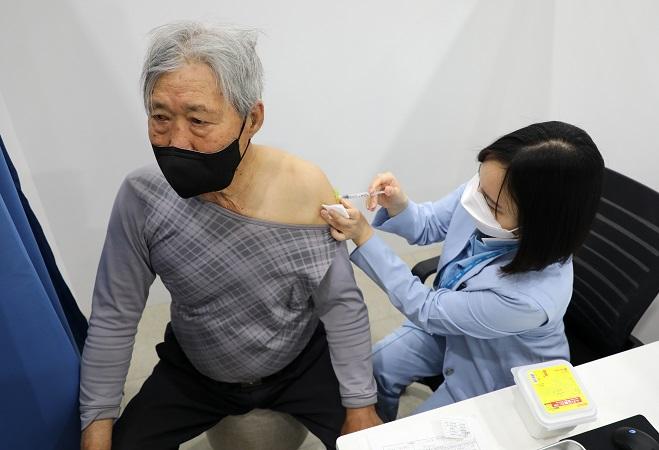 S. Korea Begins Inoculating General Public Over-75s