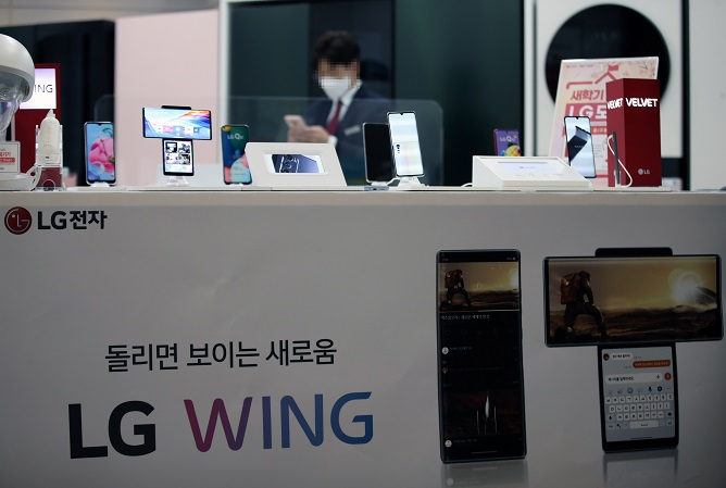LG's Departure from Mobile Biz to Boost Bigger Rivals' Presence