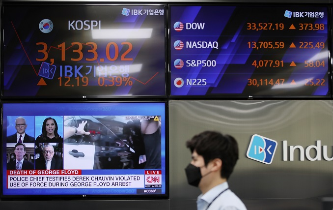 A dealing room at the Industrial Bank of Korea's office in central Seoul is shown in this photo taken April 6, 2021. (Yonhap)