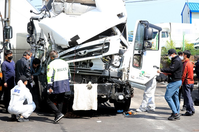 Dozens of Koreans Gather to Donate Blood for Victim of Car Accident